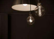 Κρεμασμένοι λαμπτήρες που στρέφονται στη λάμπα φωτός στο σκοτεινό δωμάτιο στον τόνο σεπιών Στοκ εικόνες με δικαίωμα ελεύθερης χρήσης