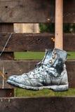 Κρεμασμένο μαύρο παπούτσι που χρωματίζεται στο άσπρο χρώμα Στοκ Φωτογραφίες