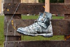Κρεμασμένο μαύρο παπούτσι που χρωματίζεται στο άσπρο χρώμα Στοκ Εικόνες