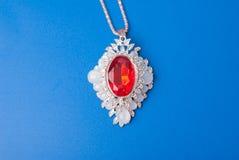 Κρεμαστό κόσμημα με ένα κόκκινο ρουμπίνι, Στοκ φωτογραφία με δικαίωμα ελεύθερης χρήσης
