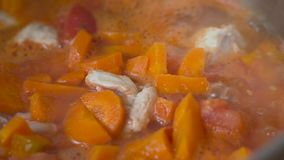 Κρεμμύδια και καρότα απόθεμα βίντεο