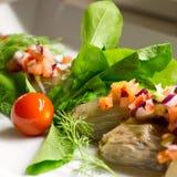 Κρεμμύδι που γεμίζεται με τα φρέσκα λαχανικά σε ένα άσπρο πιάτο Στοκ εικόνα με δικαίωμα ελεύθερης χρήσης