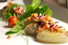 Κρεμμύδι που γεμίζεται με τα φρέσκα λαχανικά σε ένα άσπρο πιάτο Στοκ φωτογραφίες με δικαίωμα ελεύθερης χρήσης