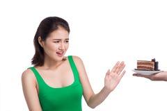 κρεμμύδια διατροφής σιτηρεσίου έννοιας επάνω στον τοποθετημένο πίνακα πιάτων Όμορφη νέα ασιατική γυναίκα φοβισμένο γ Στοκ Φωτογραφίες