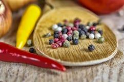 Κρεμμύδια και πιπέρι καρυκευμάτων στον ξύλινο πίνακα Στοκ εικόνα με δικαίωμα ελεύθερης χρήσης