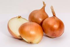 κρεμμύδια σε ένα άσπρο υπόβαθρο στοκ φωτογραφία με δικαίωμα ελεύθερης χρήσης