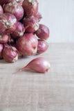 Κρεμμύδια στο ξύλινο γραφείο Στοκ φωτογραφία με δικαίωμα ελεύθερης χρήσης