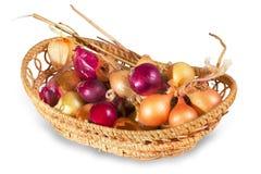 Κρεμμύδια στο ψάθινο καλάθι Στοκ φωτογραφία με δικαίωμα ελεύθερης χρήσης