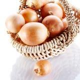 Κρεμμύδια napiform σε ένα καλάθι Στοκ Εικόνα