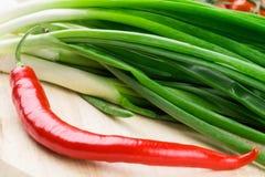 Κρεμμύδι με το κόκκινο πιπέρι Στοκ Φωτογραφίες