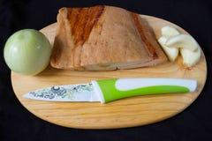 Κρεμμύδι, μπέϊκον και σκόρδο σε μια έτοιμη λεπτομέρεια πινάκων τεμαχισμού Στοκ Εικόνες