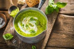 Κρεμώδης σούπα πράσινων μπιζελιών στο δοχείο στοκ εικόνες με δικαίωμα ελεύθερης χρήσης