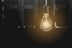 Κρεμώντας λάμπες φωτός με καμμένος μια Έννοια ιδέας και δημιουργικότητας στοκ φωτογραφία