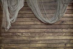 Κρεμώντας δίχτυ ψαρέματος στον αγροτικό ξύλινο τοίχο Στοκ Φωτογραφία