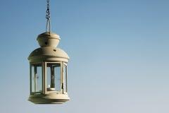 Κρεμώντας λαμπτήρας στο μπλε ουρανό Στοκ εικόνες με δικαίωμα ελεύθερης χρήσης