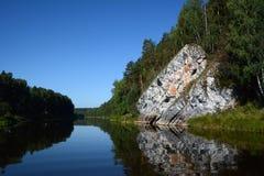 Κρεμώντας βράχος ` απότομων βράχων ` στην ακτή του ποταμού Chusovaya Στοκ Εικόνες