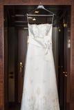 Κρεμώντας γαμήλια φόρεμα ή εσθήτα Στοκ φωτογραφίες με δικαίωμα ελεύθερης χρήσης