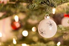 κρεμώντας δέντρο διακοσμήσεων Χριστουγέννων στοκ φωτογραφία με δικαίωμα ελεύθερης χρήσης