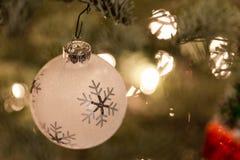 κρεμώντας δέντρο διακοσμήσεων Χριστουγέννων στοκ φωτογραφίες με δικαίωμα ελεύθερης χρήσης