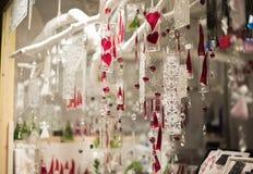κρεμώντας διακοσμήσεις στην αγορά Χριστουγέννων στοκ εικόνα