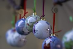κρεμώντας διακοσμήσεις Χριστουγέννων Στοκ φωτογραφία με δικαίωμα ελεύθερης χρήσης