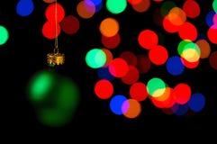 κρεμώντας διακοσμήσεις Χριστουγέννων Στοκ Εικόνες