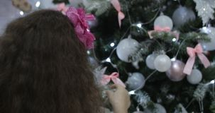 Κρεμώντας διακόσμηση Χριστουγέννων στο δέντρο με τα φω'τα Χριστουγέννων Διακόσμηση στο χριστουγεννιάτικο δέντρο με τη σφαίρα 4K φιλμ μικρού μήκους