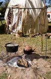 κρεμώντας δοχείο κατσαρολών σιδήρου χαλκού Στοκ φωτογραφίες με δικαίωμα ελεύθερης χρήσης