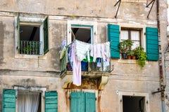 Κρεμώντας ενδύματα που κρεμιούνται στην παλαιά πόλη Kotor Μαυροβούνιο Στοκ Εικόνες