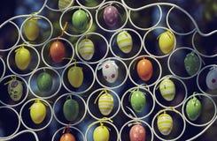 Κρεμώντας ζωηρόχρωμα διακοσμητικά αυγά Πάσχας Στοκ εικόνα με δικαίωμα ελεύθερης χρήσης