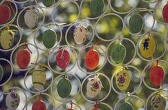 Κρεμώντας ζωηρόχρωμα διακοσμητικά αυγά Πάσχας Στοκ Εικόνες