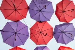 Κρεμώντας ζωηρόχρωμες διακοσμητικές ομπρέλες Στοκ Φωτογραφίες