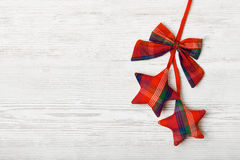 Κρεμώντας διακόσμηση Χριστουγέννων αστεριών στο ξύλινο υπόβαθρο Στοκ Εικόνες