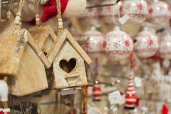 Κρεμώντας διακόσμηση Χριστουγέννων στο κατάστημα Στοκ εικόνες με δικαίωμα ελεύθερης χρήσης