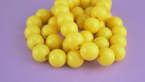Κρεμώντας κίτρινα περιδέραια χαντρών απόθεμα βίντεο