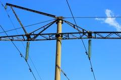 Κρεμώντας καλώδια στις ηλεκτρικές γραμμές Στοκ Εικόνες