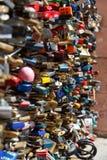 Κρεμώντας κλειδώματα Στοκ εικόνες με δικαίωμα ελεύθερης χρήσης