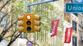 Κρεμώντας κυκλοφορία ανοικτό κόκκινο και πράσινη στην πόλη ΗΠΑ Αμερική της Νέας Υόρκης απόθεμα βίντεο