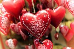 Κρεμώντας κόκκινες διακοσμημένες καρδιές μετάλλων Στοκ Φωτογραφίες
