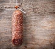 Κρεμώντας λουκάνικο σαλαμιού Στοκ εικόνα με δικαίωμα ελεύθερης χρήσης