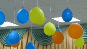 Κρεμώντας μπαλόνια από το σε αργή κίνηση βίντεο γενεθλίων ανώτατου εορτασμού φιλμ μικρού μήκους