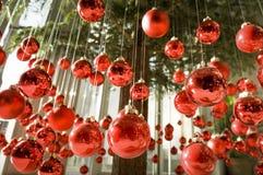 Κρεμώντας μπιχλιμπίδια Χριστουγέννων Στοκ Εικόνες