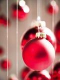 Κρεμώντας μπιχλιμπίδια Χριστουγέννων Στοκ Φωτογραφία