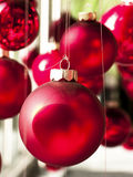 Κρεμώντας μπιχλιμπίδια Χριστουγέννων στοκ εικόνες με δικαίωμα ελεύθερης χρήσης