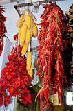 Κρεμώντας ξηρά κόκκινα πιπέρια και καλαμπόκι Στοκ Εικόνες