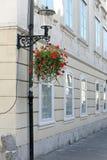 Κρεμώντας οδός δοχείων λουλουδιών στοκ εικόνες με δικαίωμα ελεύθερης χρήσης