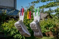 κρεμώντας πάνινα παπούτσια Στοκ φωτογραφία με δικαίωμα ελεύθερης χρήσης