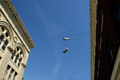 κρεμώντας πάνινα παπούτσια Στοκ φωτογραφίες με δικαίωμα ελεύθερης χρήσης
