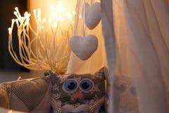 Κρεμώντας παιχνίδια σε μια κούνια μωρών με μορφή μιας καρδιάς στοκ εικόνα με δικαίωμα ελεύθερης χρήσης