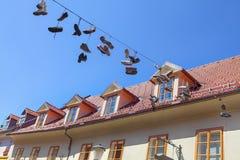 Κρεμώντας παπούτσια στο καλώδιο Στοκ Εικόνες